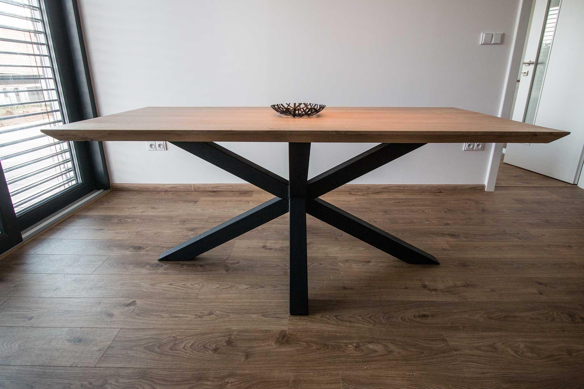 Dizajnový stôl na mieru z masívneho dubu