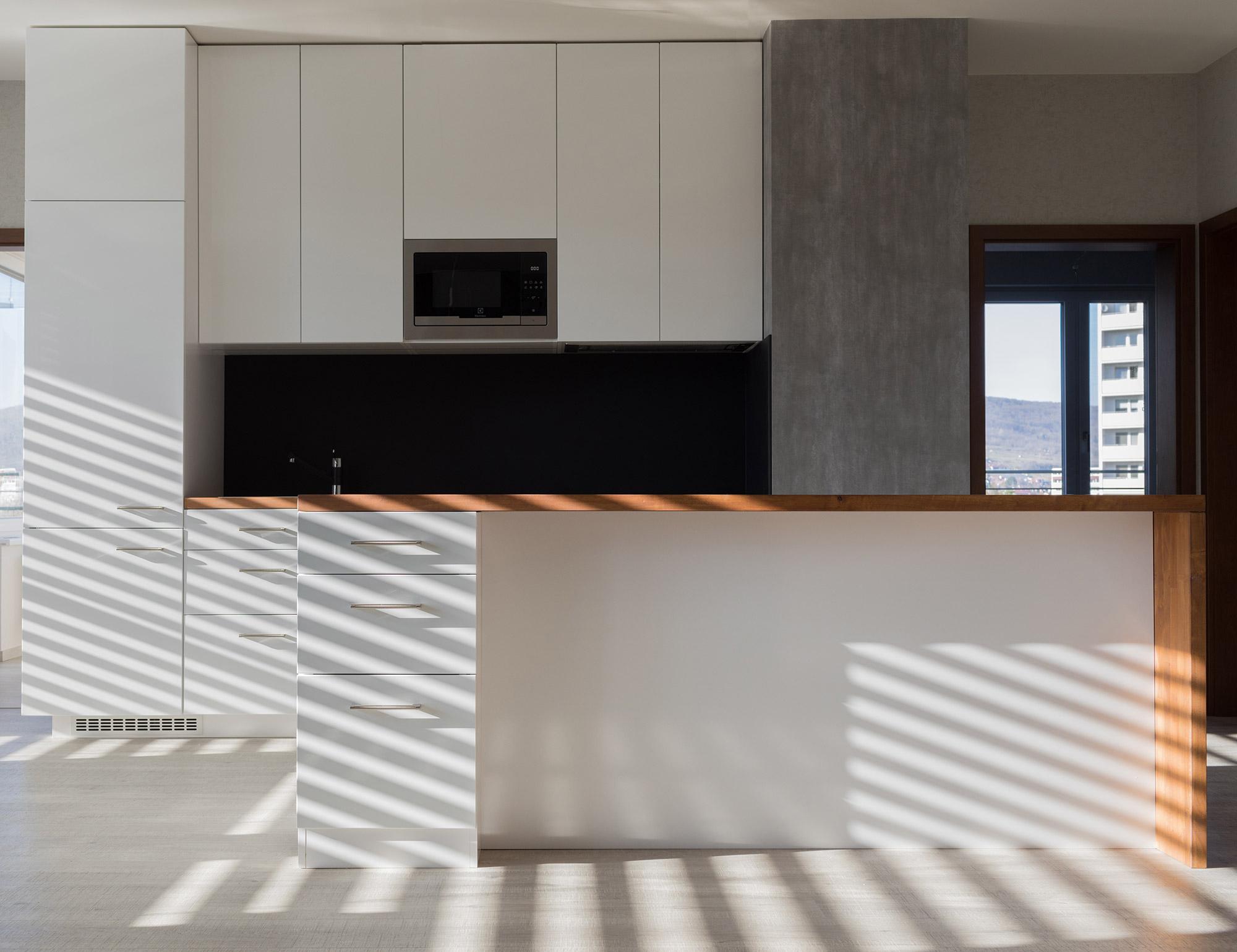Kuchyňa na mieru s bielymi leskými dvierkami