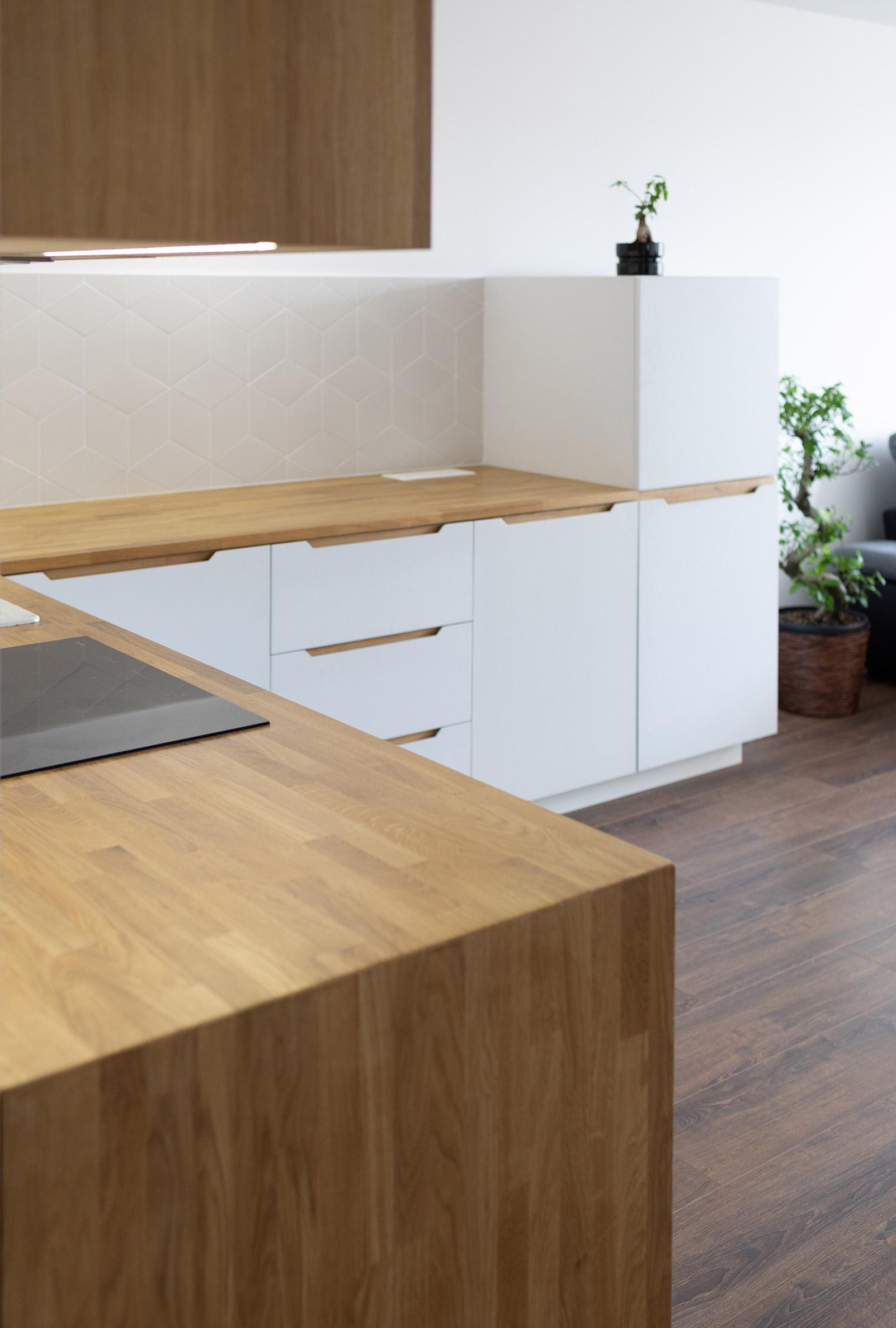 Rohová kuchyňa s lakovanými dvierkami na mieru