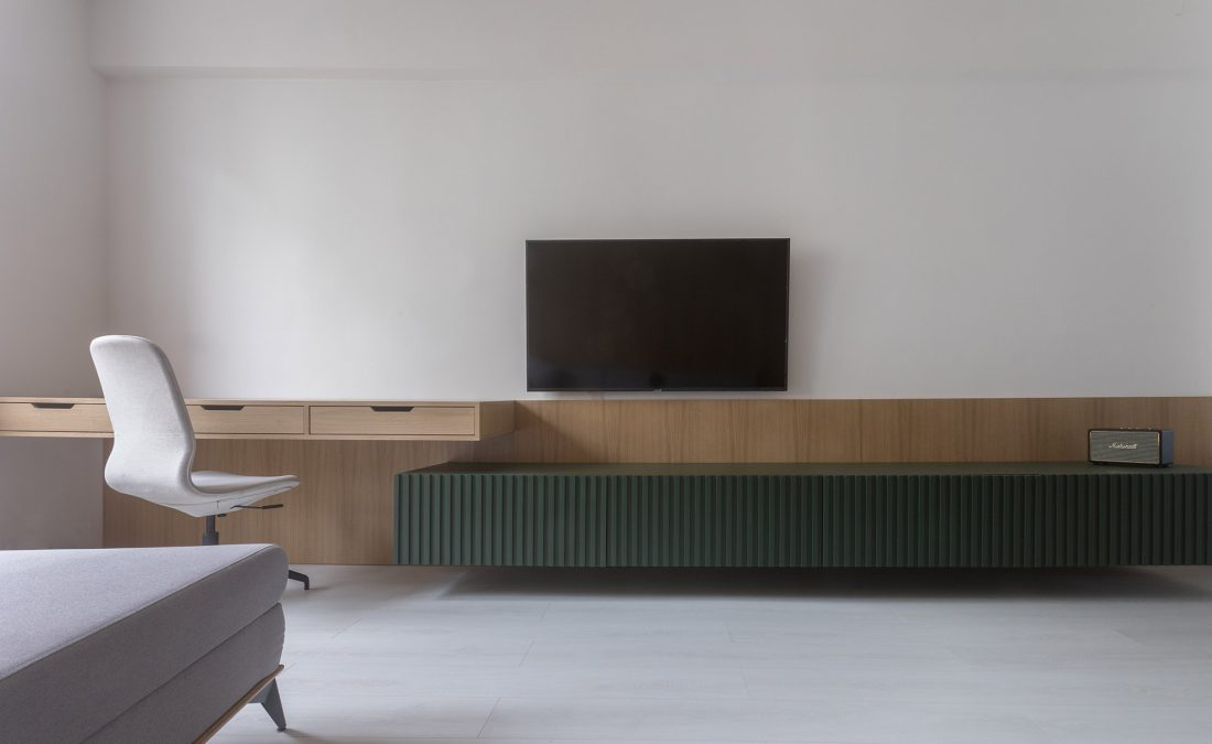 obyvackova stena na mieru s dubovou dyhou a lakovanou skrinkou