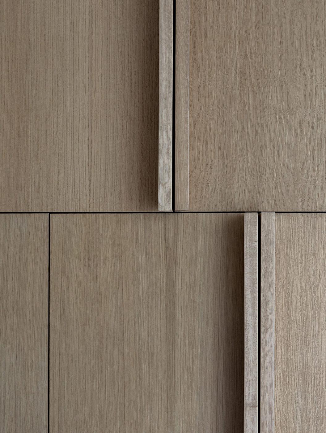 detail masívnych dubových madiel na skrini na mieru